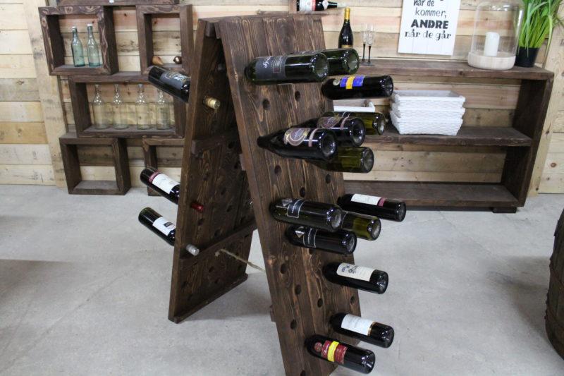 Vin holder med plads til 66 flasker. Håndlavet i genbrugs træ af Idalund Design