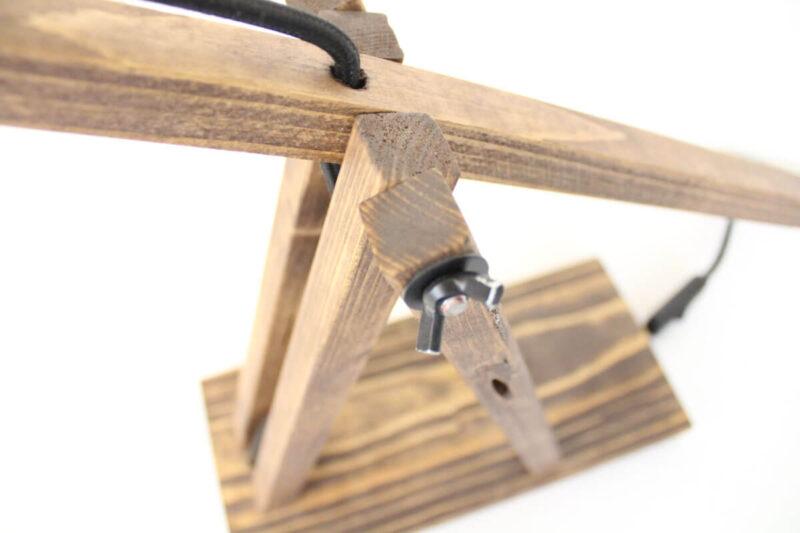 Sjov bordlampe i træ med kobber fatning og sort stof ledning