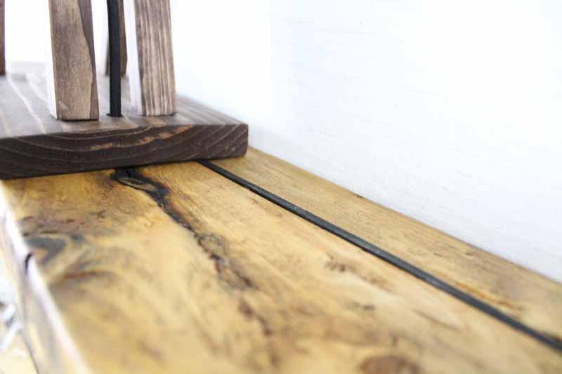 Svævehylde i genbrugstræ, lysebrun. 120cm. Fra Idalund Design. Håndlavet.