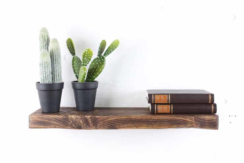 Svævehylde i genbrugstræ, mørkebrun. 60cm. Fra Idalund Design. Håndlavet.