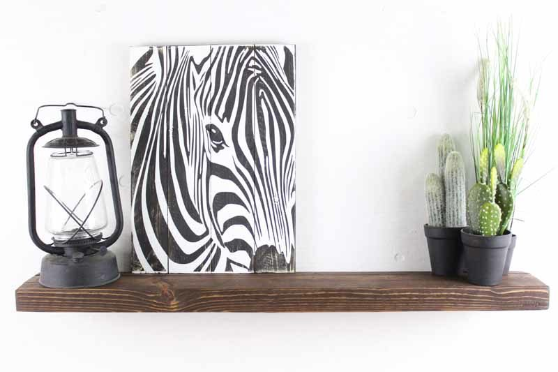Svævehylde i genbrugstræ, mørkebrun. 100cm. Fra Idalund Design. Håndlavet.