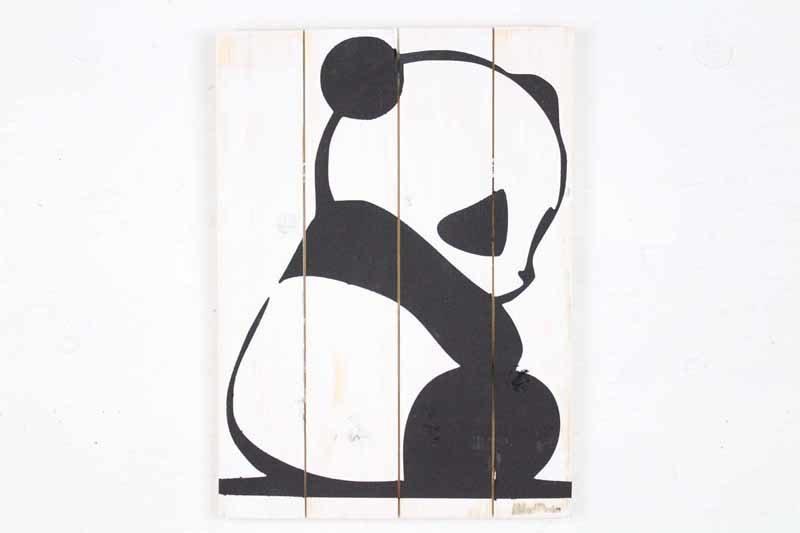 Skilt med motiv af Panda fra Idalund Design. Håndlavet af genbrugstræ. 33x46 cm.
