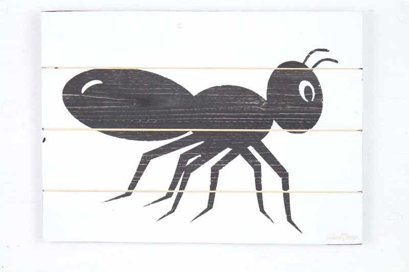 Skilt med motiv af myre fra Idalund Design. Håndlavet af genbrugstræ. 33x46 cm.