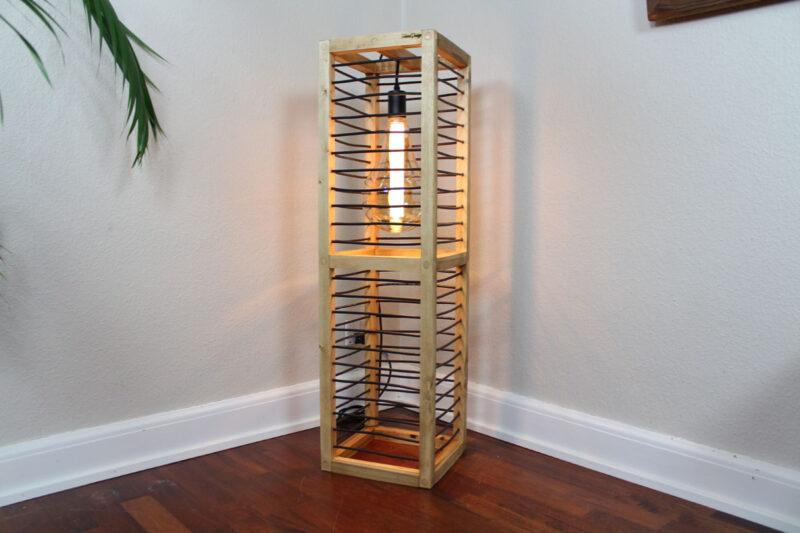 Gulvlampe i træ lysebrun med sort snøre 100 cm Håndlavet i genbrugstræ af Idalund Design