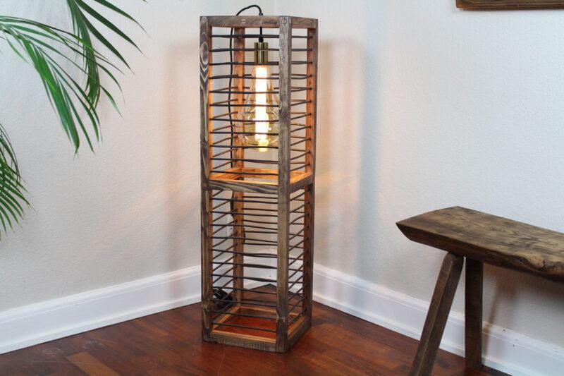 Gulv lampe mørkebrun med sort snøre 100 cm Håndlavet i genbrugstræ af Idalund Design