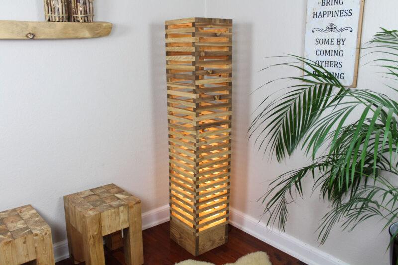 Lamel Gulvlampe lysebrun med spot 150 cm Håndlavet i genbrugstræ af Idalund Design